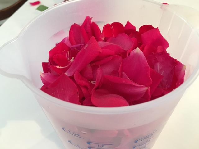 Rosenblüten im Messbecher