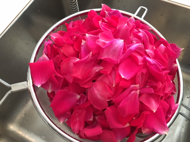 Rosenblüten im Sieb